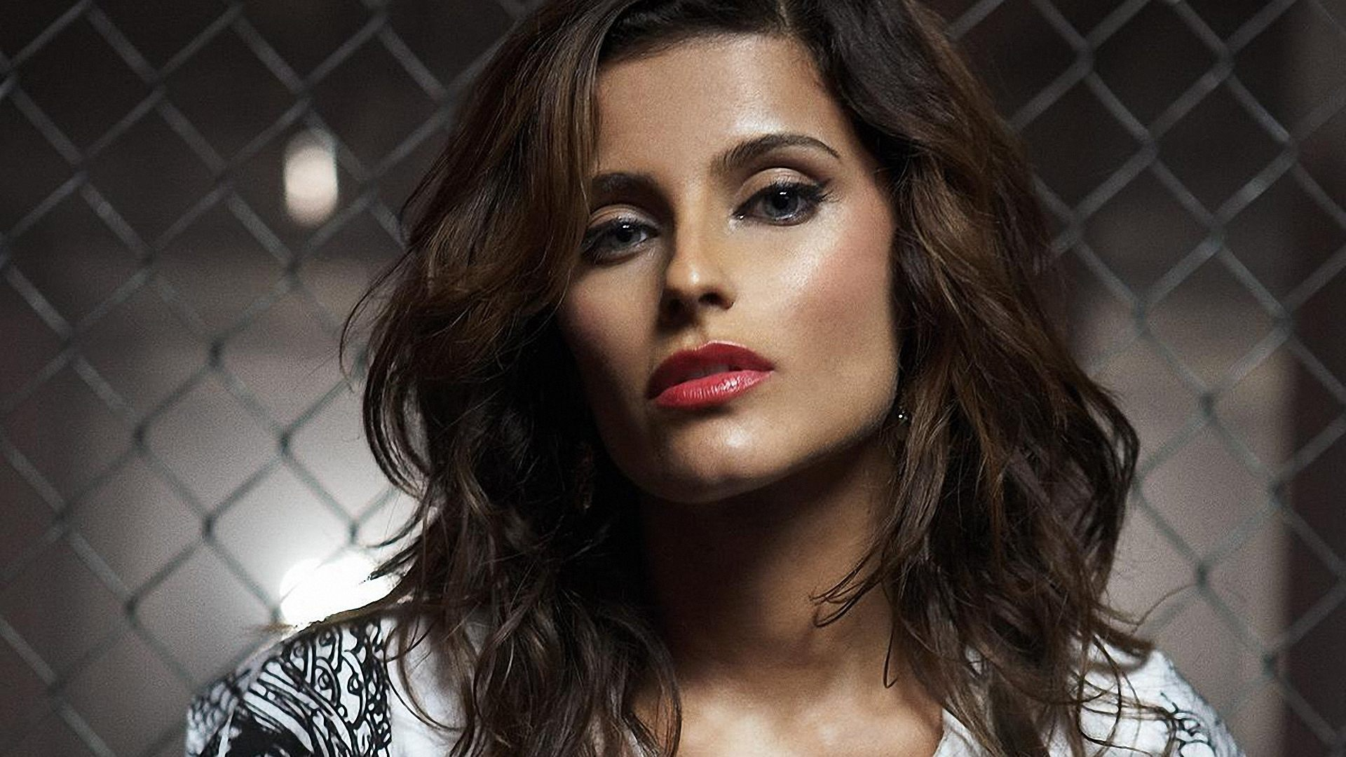 Nelly furtado, сетка, помада, лицо, свет обои, картинки, фото